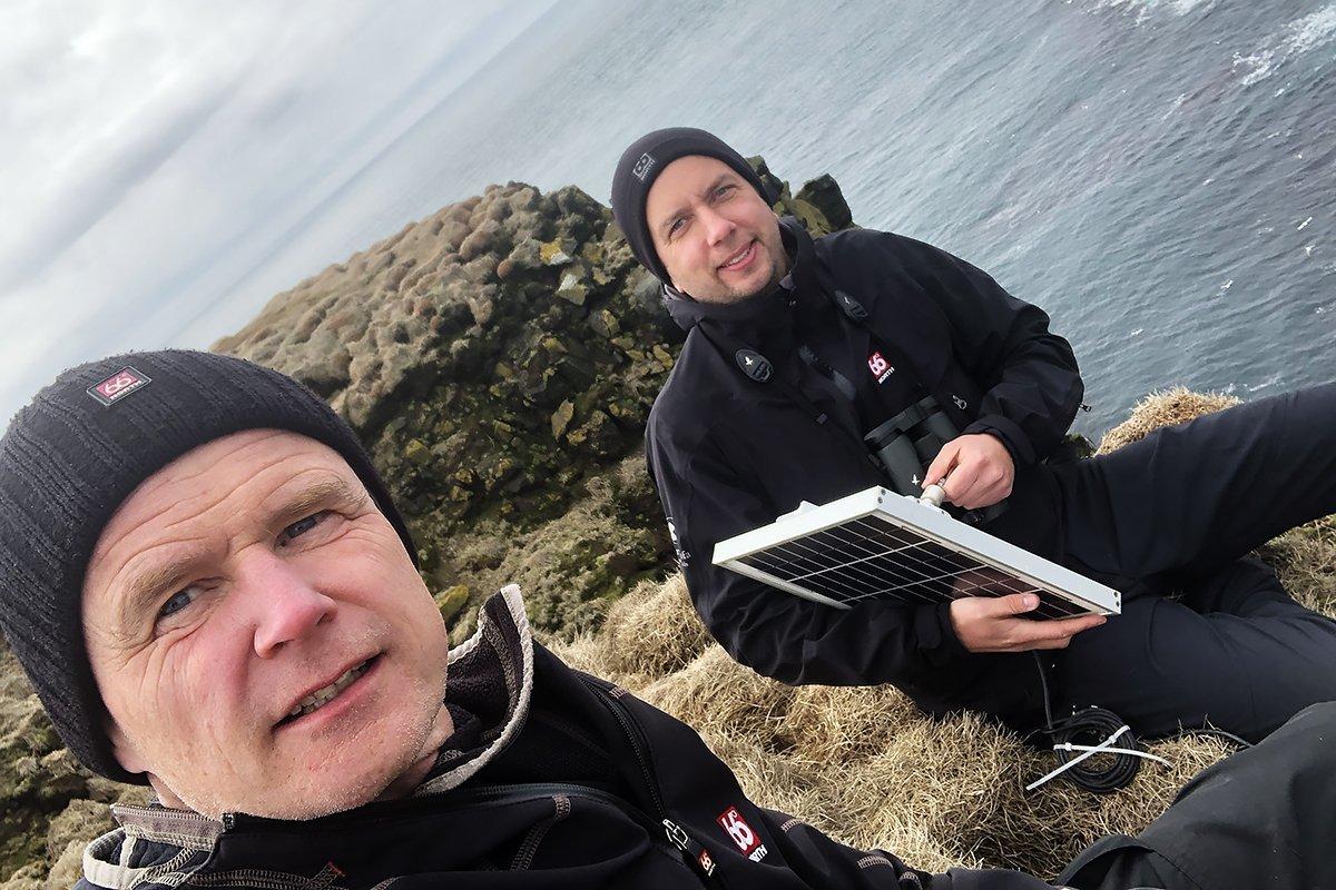 Aðalsteinn Örn og Yann setja upp búnaðinn á Látrabjargi.