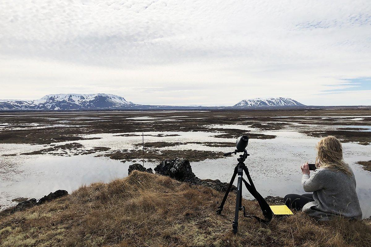 Sissa ritari smellir mynd af Framengjum. Í fjarska eru Bláfjall (t.v.) og Sellandafjall (t.h.).
